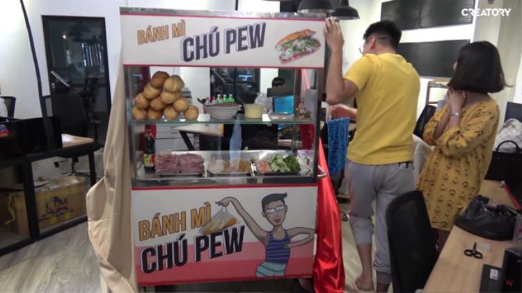 PewPew bán bánh mì dạo mừng kênh Youtube đạt 2 triệu sub, hẹn Trâm Anh năm sau góp vốn cùng