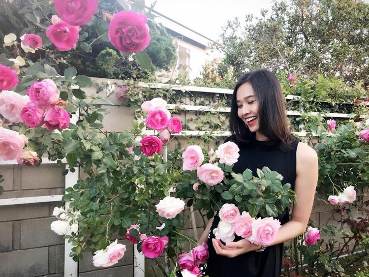 Cũng giống bạn trai cũ Bằng Kiều, Dương Mỹ Linh rất yêu thiên nhiên và dành nhiều thời gian chăm sóc cây cối trong khu vườn.