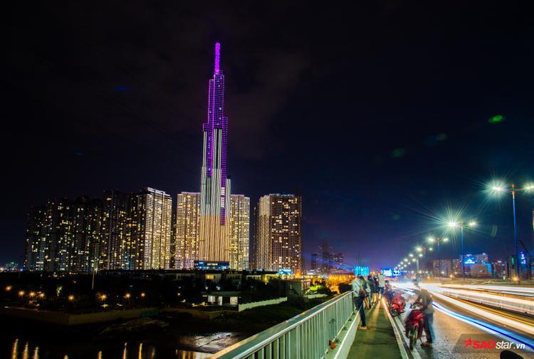 Người dân tập trung đông đúc quanh Q.2 để chiêm ngưỡng toà nhà biểu tượng mới của Sài Gòn này.