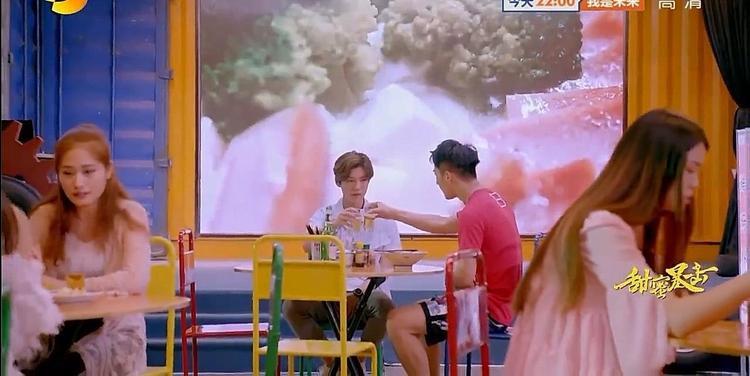 Tôn Hạo trúng phải tiếng sét ái tình với Phương Vũ nên luôn tìm mọi cách tiếp cận cô kể cả việc nhờ Minh Thiên giúp đỡ.