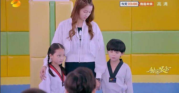 Phương Vũ đưa Minh Lãng trở về câu lạc bộ taekwondo và còn hứa sẽ thường xuyên đến thăm các bạn nhỏ.
