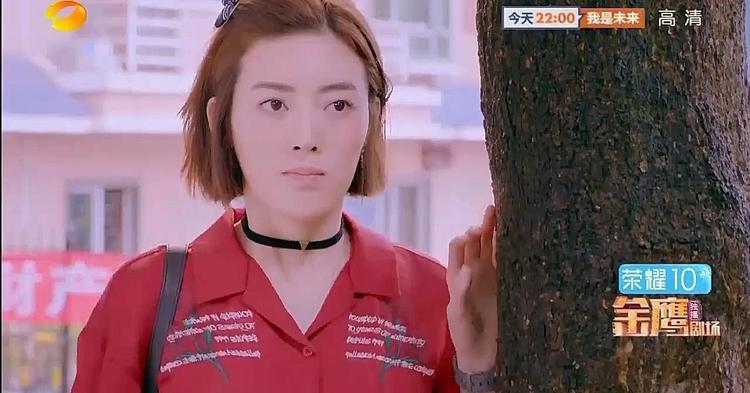Việc Quan Ngôn đến nhà kết thân với gia đình Á Nam bị Tiểu Phong bắt gặp.