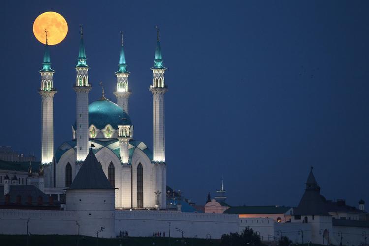 Cảnh tượng tuyệt đẹp ở khu vựcNhà thờ Hồi giáo Qolsharif, Kazan, miền trung nước Nga trong đêm nguyệt thực. Ảnh: TASS