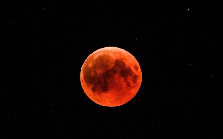 Cận cảnh Mặt Trăng nhuộm sắc đỏ trên bầu trời Hy Lạp. Ảnh: AFP