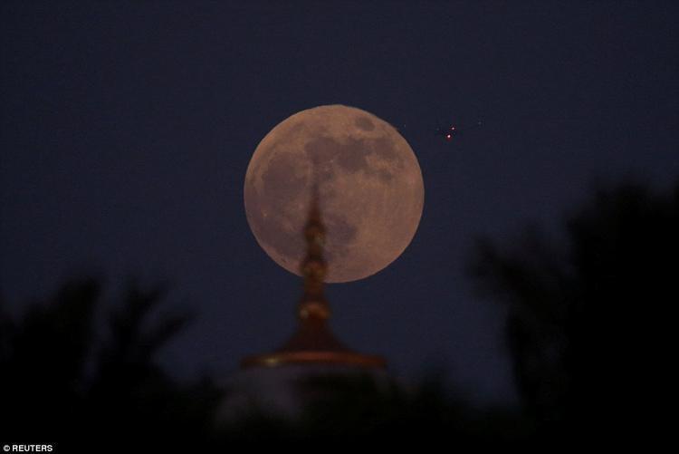 Mặt Trăng tỏa sáng phía sau thánh đường Hồi giáo Sheikh Zayed Grand ở Abu Dhabi, Các tiểu vương quốc Ả Rập thống nhất. Ảnh: Reuters