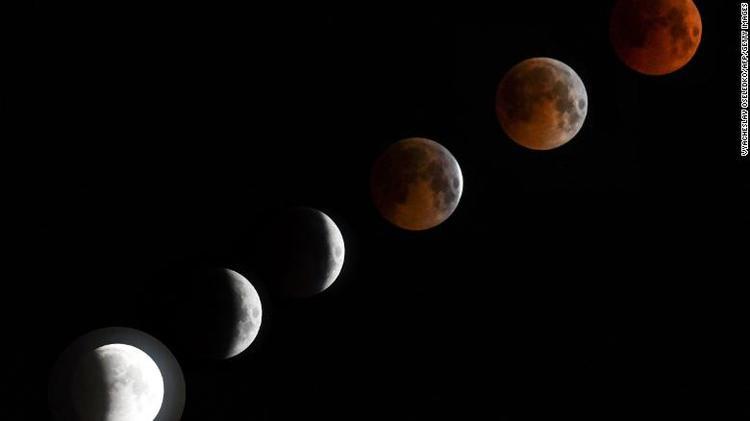 Màu sắc của Mặt Trăng biến đổi dần sang đỏ thẫm trên bầu trờiBishkek, Kyrgyzstan. Ảnh: CNN