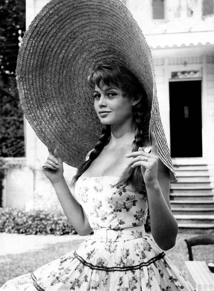 Brigitte Bardot, huyền thoại của điện ảnh nước Pháp, cũng từng khoe vẻ đẹp thanh xuân với kiểu mũ cói to bản vào năm 1950