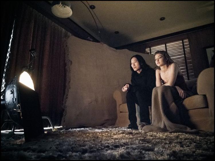 Siêu mẫu cùng với nhà thiết kế lừng danh Alexander Wang trong vai diễn của từng người ở buổi chụp hình.