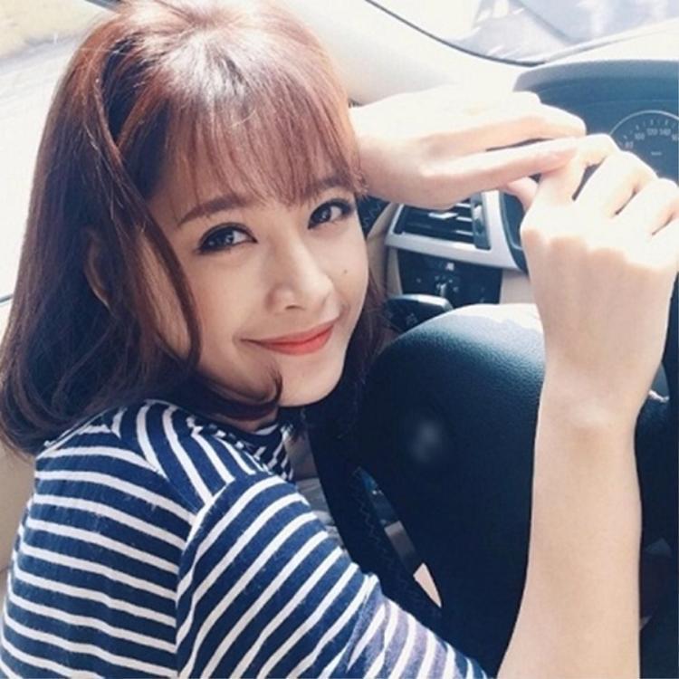 Được biết đến là một hot girl đời đầu, Chi Pu sở hữu nhan sắc không góc chết. Gương mặt thanh tú cùng những đường nét hài hòa, Chi Pu là một trong số ít những mỹ nhân Việt có thể thử sức với mọi kiểu tóc.