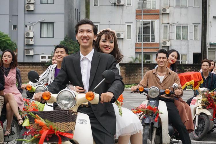 Sáng 28/7, 10 cặp đôi trong bộ trang phục những năm thập niên 80 cầm trên tay những mâm sính lễ từ trong khách sạn Sheraton Hà Nộidiễu hành qua nhiều con phố Hà Nội.