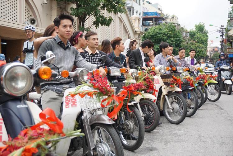 Những chiếc xe máy được gắn thêm những cành hoa lay ơn cùng chữ hỷ.