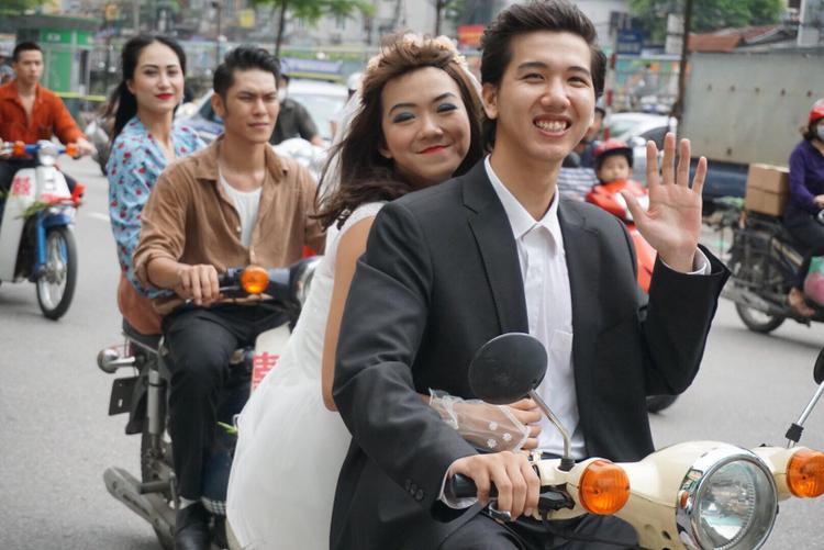 Cặp đôi này trong trang phục cô dâu, chú rể cùng chiếc xe Cup vui vẻ lượn phố, họ vui vẻ và tự tin trước những ánh nhìn của mọi người.