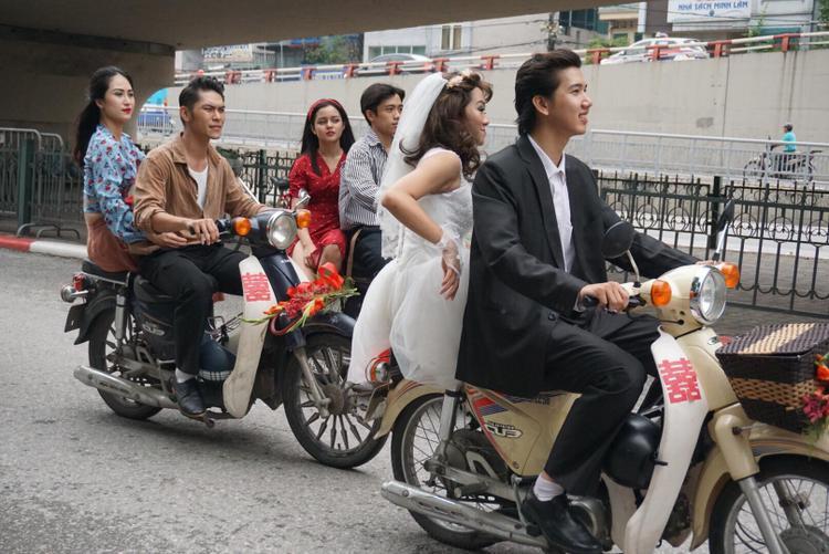 """Cách đây khoảng 40 năm về trước, đám đón dâu như thế này ở Hà Nội vô cùng rộn rã, vui tươi. Những gia đình có """"điều kiện"""" mới có xe máy đi đón dâu."""