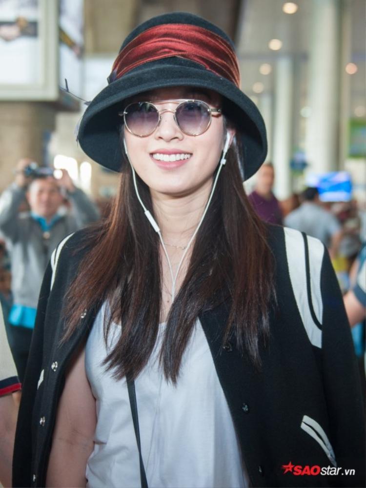 Nong Poy diện style bí ẩn xuất hiện tại sân bay Tân Sơn Nhất vừa qua.