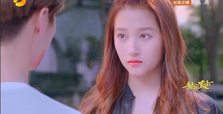 Phương Vũ phân tích cho Minh Thiên biết hành động cô làm chỉ là đàn chị muốn bảo vệ đàn em trong trường, bảo anh đừng bận tâm.