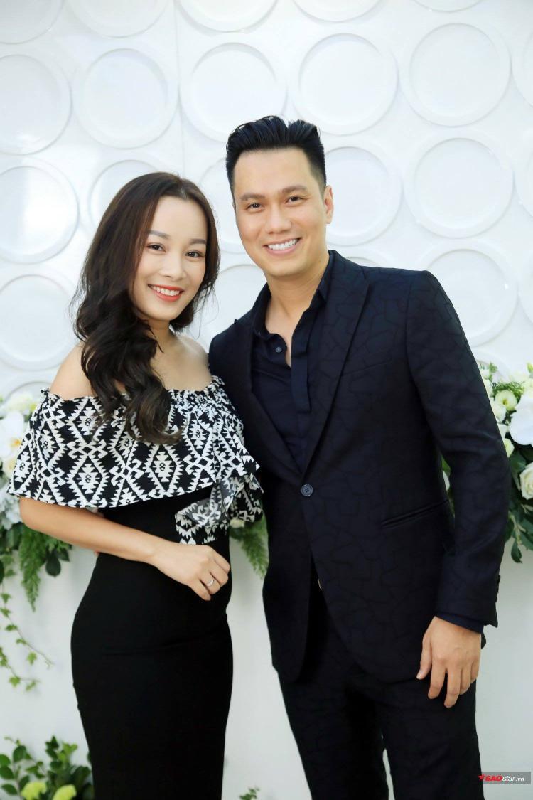 Vợ chồng Mạc Hồng Quân đẹp đôi lung linh bất ngờ xuất hiện tại Hà Nội