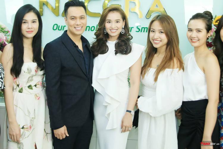 Nhiều nghệ sĩ, diễn viên nổi tiếng tới chúc mừng Việt Anh, Quế Vân tại sự kiện.