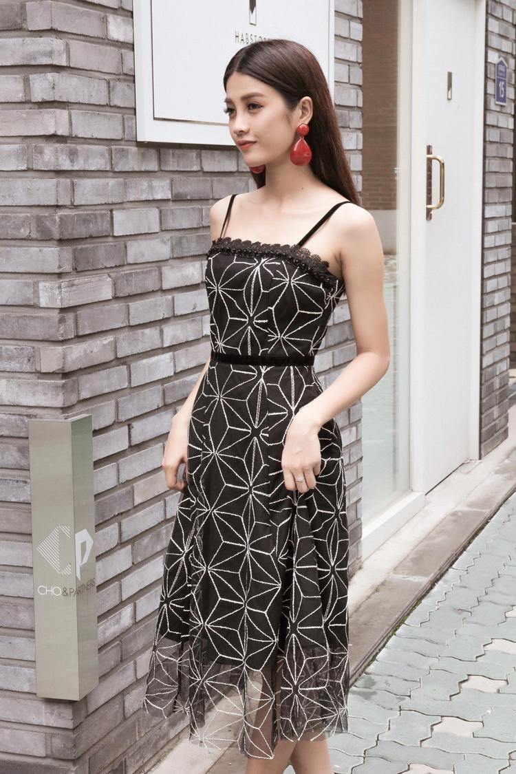 """Người đẹp ưa thích một chiếc váy với họa tiết hoa nhưng không hề """"bánh bèo""""."""