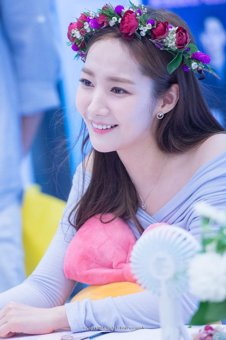 Sau tin đồn hẹn hò với Park Seo Joon, Park Min Young đẹp tựa nữ thần trong buổi fansign