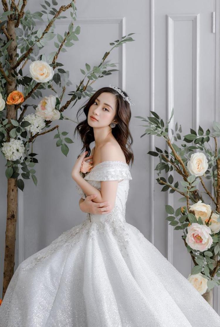 Trong chiếc váy trễ vai đính hạt lấp lánh cùng vương miện thì nữ diễn viên chính là nàng Cinderella bước ra từ cổ tích…
