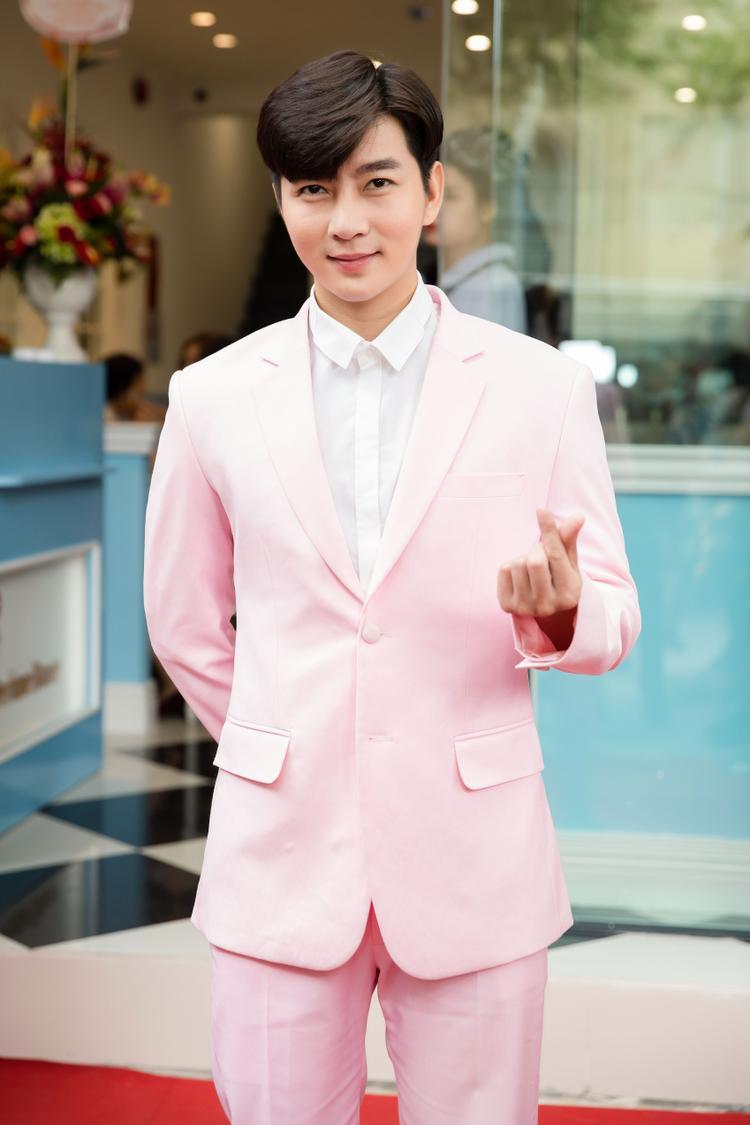 Nam Hee bảnh bao và nam tính dù diện vest hồng.