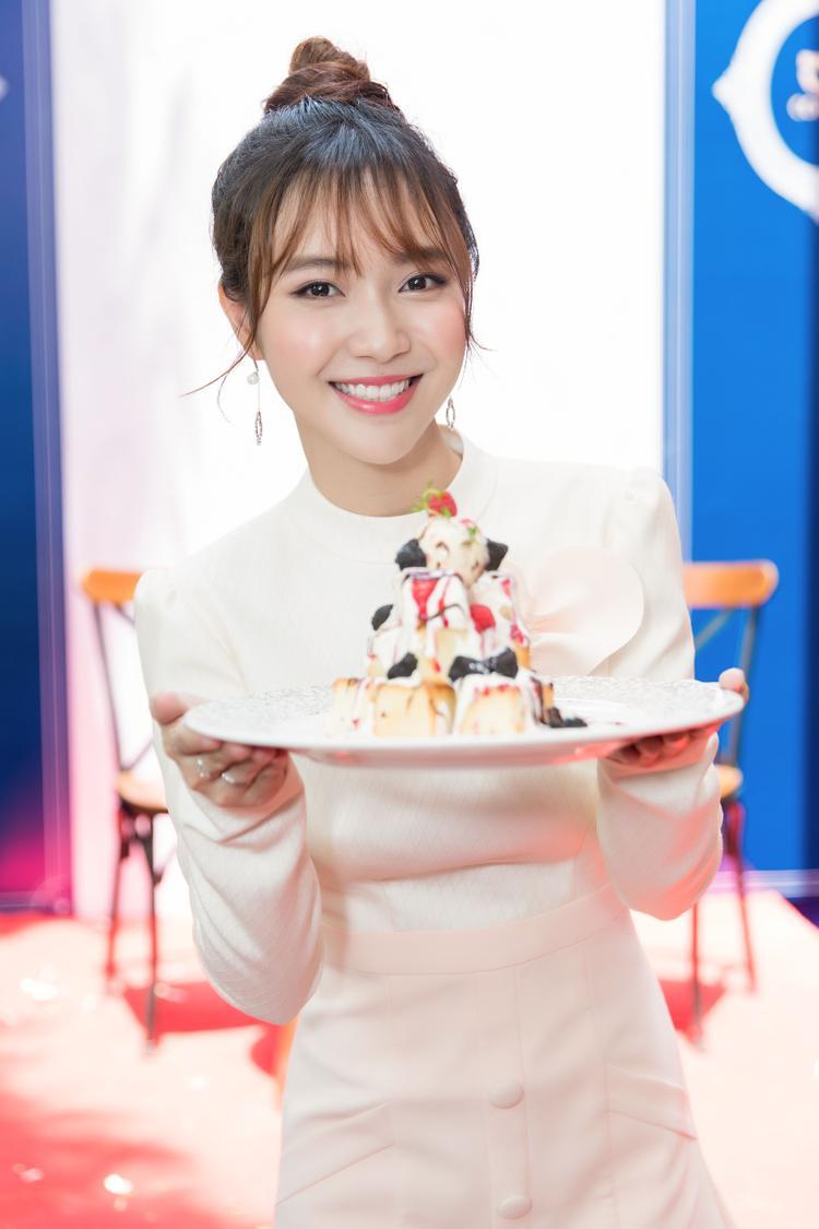 """""""Con gái rất yêu thích các món bánh ngọt nên đây cũng là điểm yếu mà các chàng trai hãy nhớ chú trọng để hạ gục đối phương"""". - Jang Mi chia sẻ."""