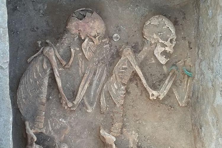 """Đôi """"uyên ương"""" đã nằm cạnh nhau được 5000 năm."""