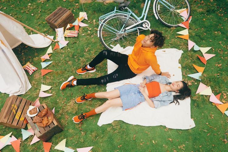 """Quyết không để sức nóng """"giảm nhiệt"""", hai trong bốn nhân tố đang tạo được sự chú ý của công chúng - Jun Vũ và Yoon Trần đã nhanh chóng """"thả thính fan"""" bằng việc tung bộ ảnh thời trang đậm chất mùa hè."""