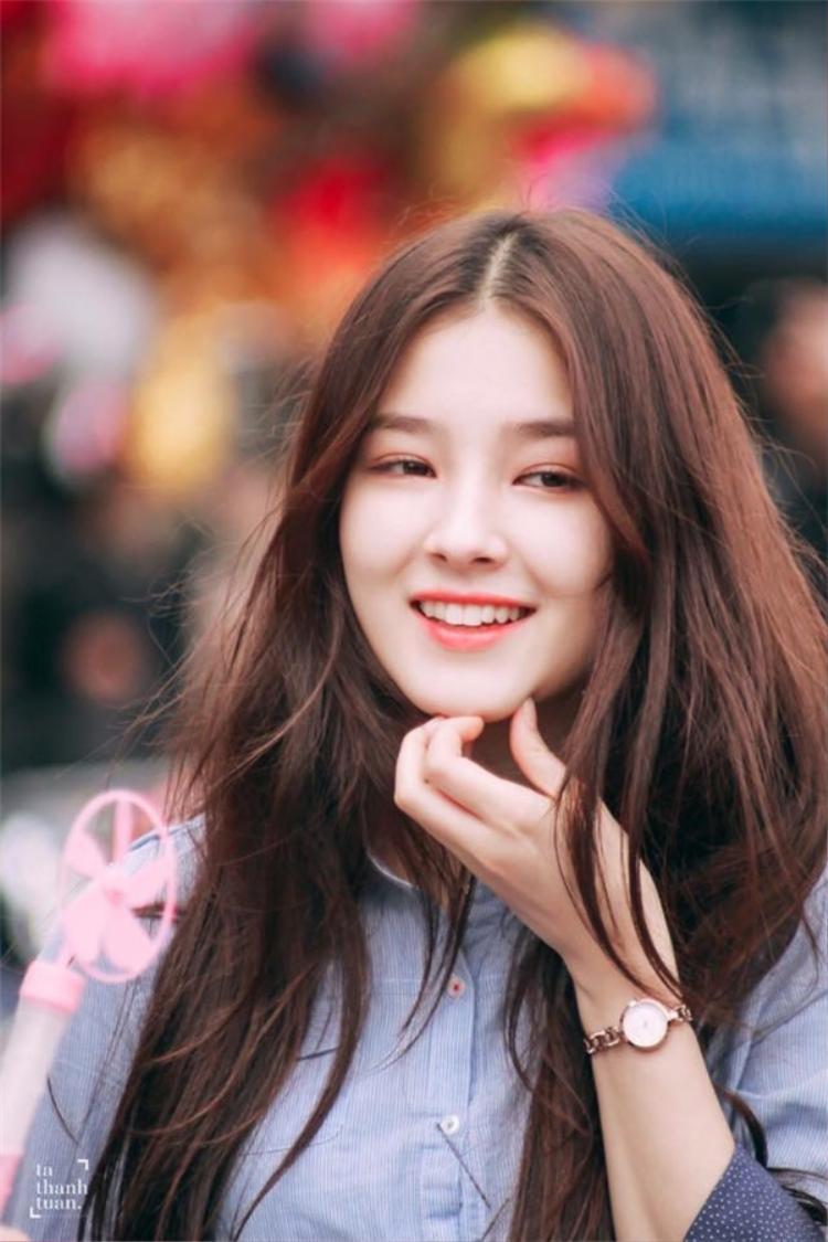 Xuất hiện tại phố đi bộ Hà Nội, cô nàng nhanh chóng thu hút giới trẻ Việt