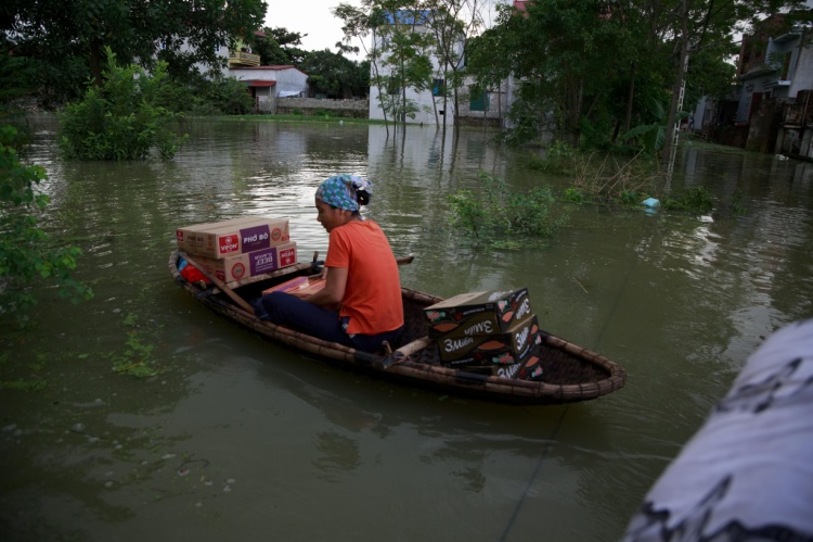 Người dân dùng thuyền để tiếp tế lương thực.
