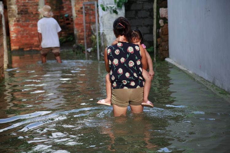 Nước ngập qua đầu gối một người dân.