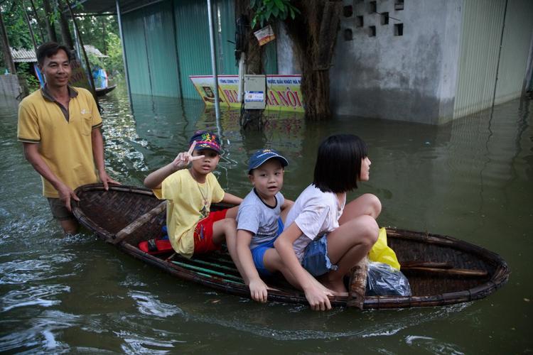 Nhiều trẻ em khá phấn khích khi được di chuyển trên thuyền.