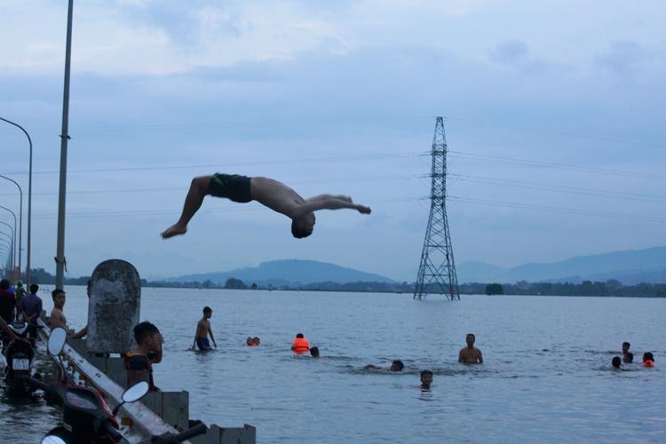 Cả người lớn và trẻ em ra tắm ở những khu vực nước cạn.
