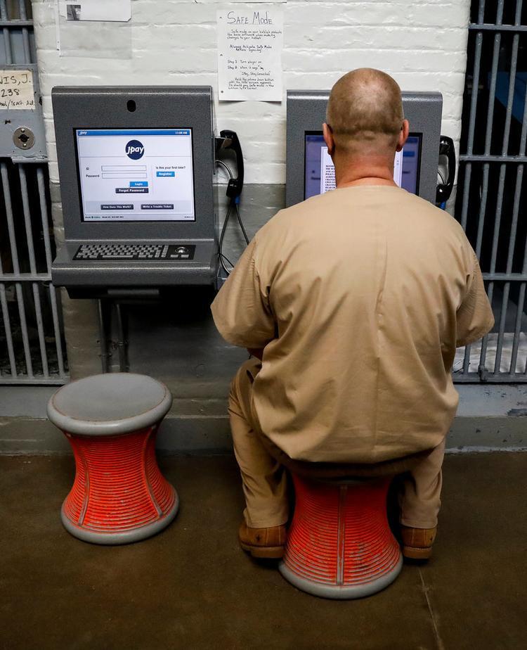 JPay dưới dạng một ki-ốt phục vụ. Số tiền được ghi có một cách thiếu hợp pháp vào tài khoản JPay của tù nhân sau đó có thể được dùng để mua các nội dung và dịch vụ trên ứng dụng này.