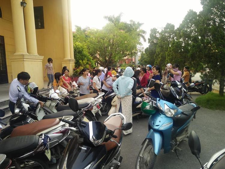 Những ngày qua, hàng trăm giáo viên ở Thanh Oai (Hà Nội) lo lắng trước văn bản chấm dứt hợp đồng với các giáo viên do Chủ tịch UBND huyện Thanh Oai ký.