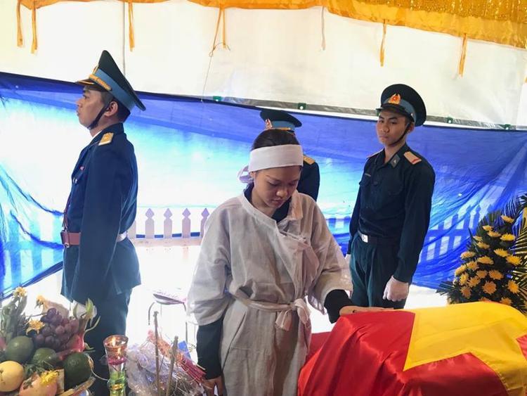 Chị Minh Trang đau buồn chia sẻ, hai vợ chồng lấy nhau gần 5 năm, có với nhau hai người con, 4 tuổi và 2 tuổi. Anh Nam là người yêu trẻ, lại yêu nghề bay nên đã đặt tên ở nhà cho con gái là Su, con trai là Mic như tên hai chiếc phi cơ trong quân đội.