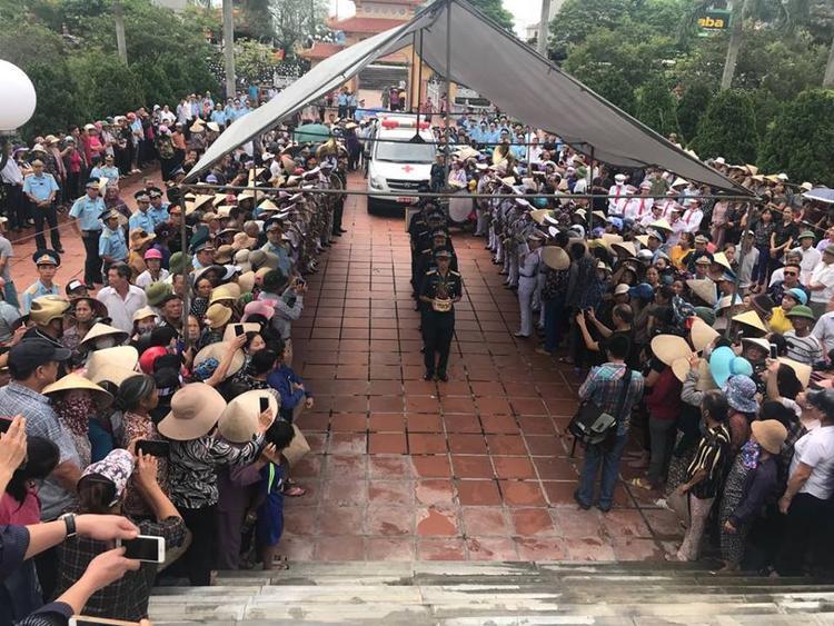 Chiều 29/7, hàng nghìn người dân cùng các chiến sĩ, đồng đội đã về thị trấn Diêm Điền, huyện Thái Thuỵ để tiễn đưa đại tá Phạm Giang Nam về nơi yên nghỉ cuối cùng.