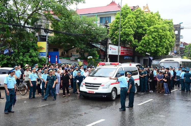 Rất đông người dân, bạn bè đồng nghiệp đến đưa tiễn phi công Trí.