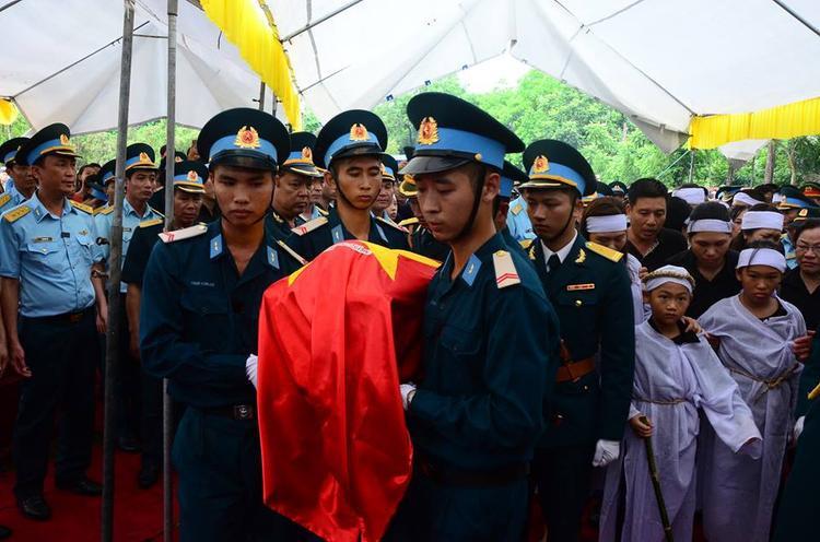 Đồng đội cùng nhau hoàn thành nghi thức tang lễ cho anh Trí