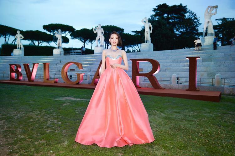 Mới đây cô được mời đến sự kiện thời trang lớn qui tụ nhiều ngôi sao nổi tiếng như Bella Hadid…