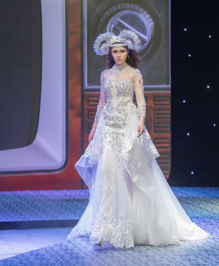Mở màn show diễn, á hậu - hoa hậu Thư Dung xuất hiện lộng lẫy với thiết kế váy cưới sang trọng tinh tế được đính pha lê, ngọc trai tạo nên những điểm nhất tuyệt đẹp cho người mặc.