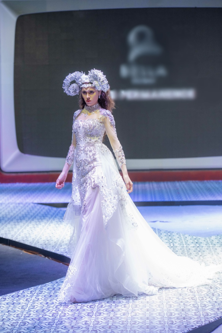 Thiết kế có tùng váy cầu kỳ và duyên dáng giúp Thư Dung trở nên xinh đẹp và nổi bật nhất sàn diễn tối qua.