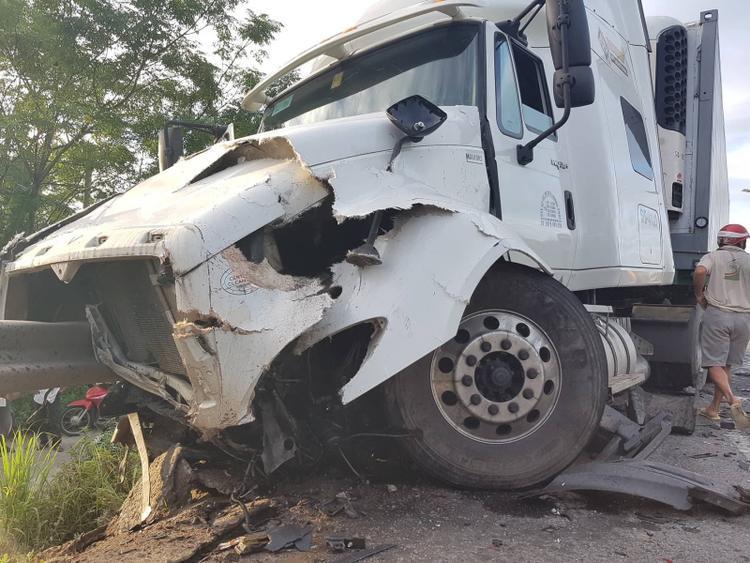 Hậu quả, 10 người đã tử vong tại chỗ, 3 người tử vong trên đường đến bệnh viện, chiếc ô tô gần như bị biến dạng sau tai nạn, còn xe container đâm chệch hàng rào hộ lang một đoạn dài. Ảnh: Báo Giao thông