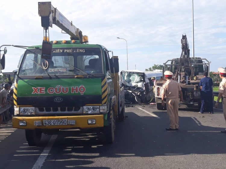 Xe cứu hộ được điều động đến hiện trường. Ảnh: Vietnamnet.
