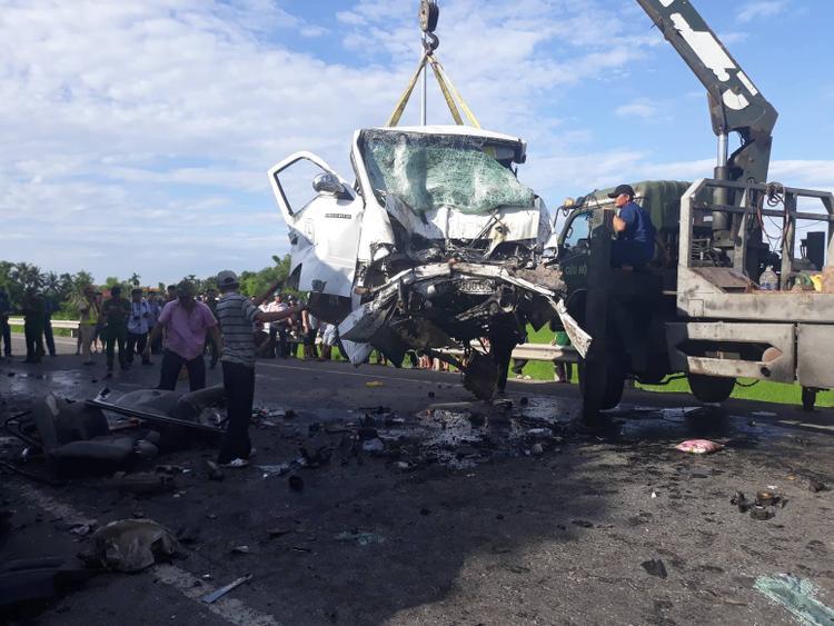 Hiện cơ quan chức năng vẫn tiếp tục thống kê con số thương vong. Sau khi xảy ra tai nạn, tài xế xe đầu kéo đã rời khỏi hiện trường. Ảnh: Vietnamnet.