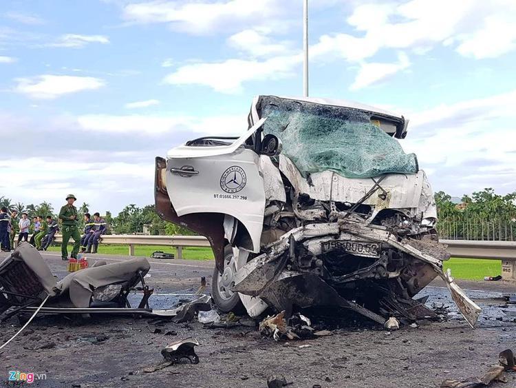 Chiếc ô tô gần như bị biến dạng sau tai nạn… Ảnh: Zing.vn