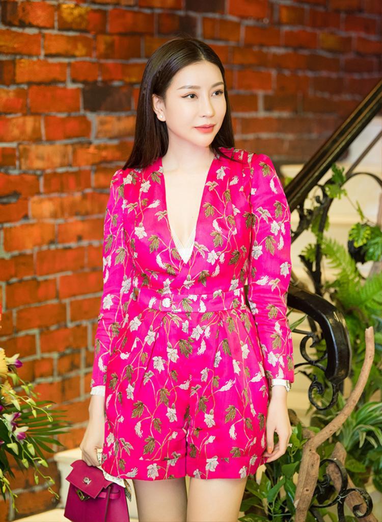 Bụng bầu 6 tháng to vượt mặt, Lâm Diệp Anh vẫn mặc váy bó sát đi giầy cao cực chất