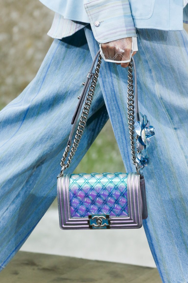 Chanel đã đoán được cơn sốt màu bạc đa chiều từ đầu năm 2018 với nhiều thiết kế phụ kiện.