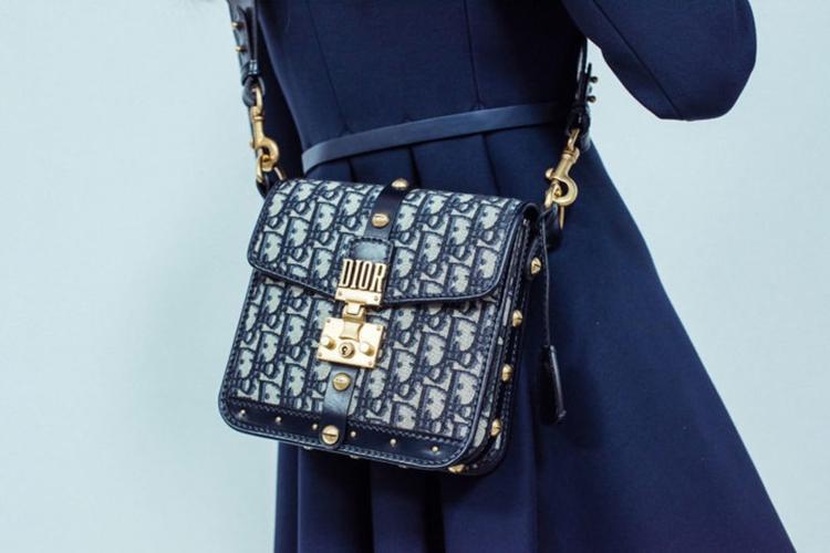 Sức hút của những chiếc túi xách in họa tiết mang logo tên thương hiệu.
