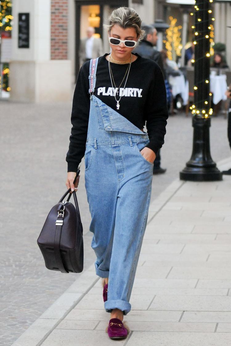 """Quần yếm jeans là một minh chứng cho sự """"trỗi dậy"""" của thập niên 1990. Sự năng động, trẻ trung từ chiếc quần yếm này làm bao cô nàng không thể bỏ qua. Các nhà thiết kế luôn cho ra mắt các phiên bản quần yếm thời trang, cá tính hơn"""